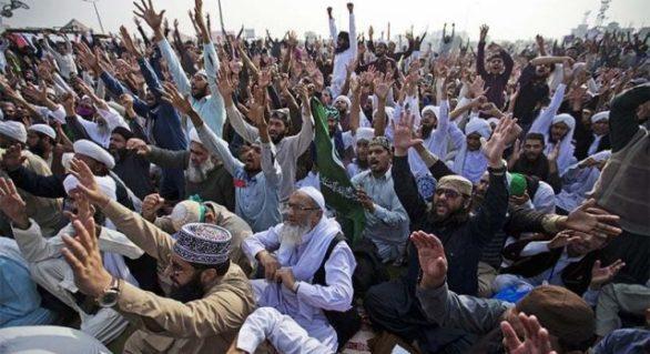 Sute de militanţi religioşi au blocat principalul drum de acces spre Islamabad. Autorităţile pakistaneze nu intervin
