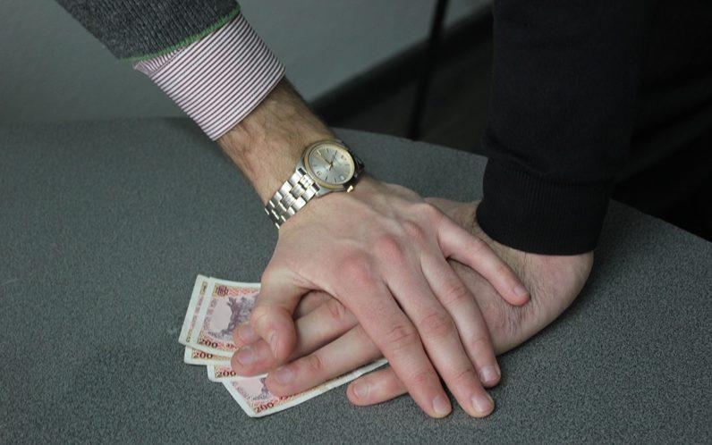 Ar fi pretins și primit 4 700 de lei și 350 de euro pentru a influența o decizie de achitare în privința unui inculpat