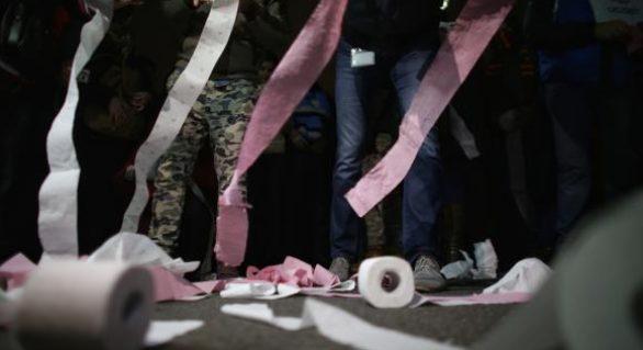 (VIDEO) Manifestaţii în România faţă de modificările legilor justiţiei;  Protestatarii din Bucureşti au aruncat cu hârtie igienică în sediul central al PSD