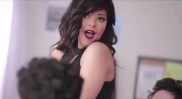 O cântăreață din Egipt a fost arestată pentru că a mâncat o banană