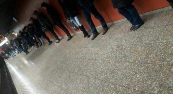 IMAGINEA ZILEI: Cum oamenii aşteaptă metroul în București