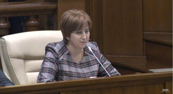 Schimb de replici în Parlament între PCRM şi cel mai nou deputat, Aliona Babiuc. Aceasta şi-a ţinut discursul de la microfonul unui democrat