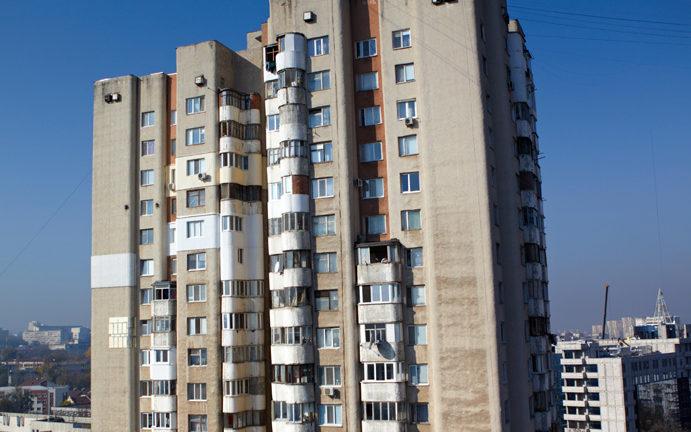 Un student de 21 de ani s-a aruncat în gol de la etajul 16 al unui bloc de locuit, din Capitală