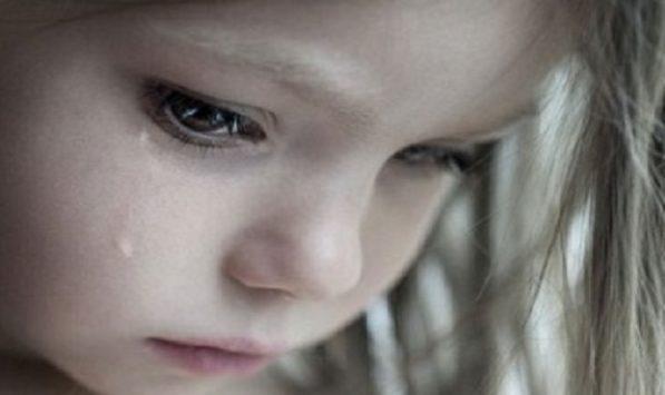 O fată în vârstă de 10 ani a fost lovită cu un scaun, de propriul tată; Poliția dezvăluie cazul