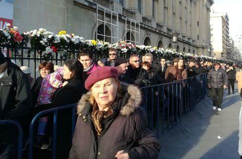 (FOTO) Mii de persoane îi aduc şi astăzi omagii Regelui Mihai; Noaptea trecută, rândul ajungea la Sala Palatului