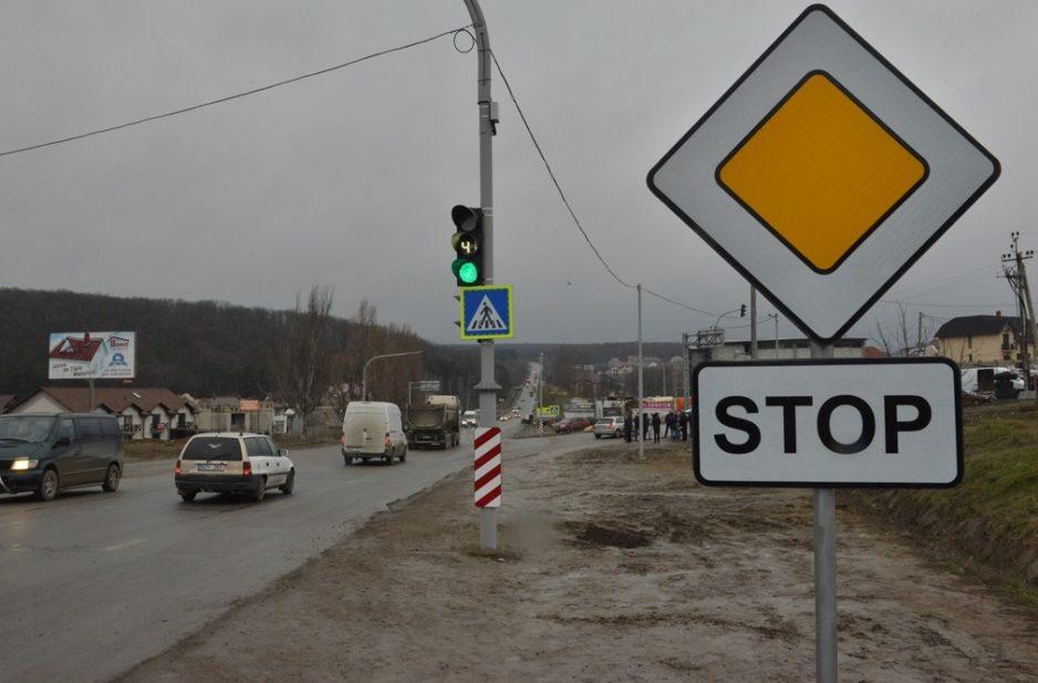 (FOTO) Un obiectiv de semafor a fost pus în funcţiune astăzi, în Capitală; Vezi pe ce stradă se află
