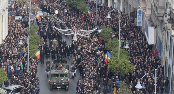 (FOTO) Zecii de mii de români l-au petrecut pe Regele Mihai pe ultimul drum