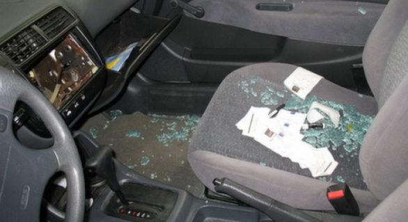 (VIDEO) Spărgea geamurile și fura tot ce găsea de preţ din interiorul maşinii; Un bărbat din Străşeni, reţinut