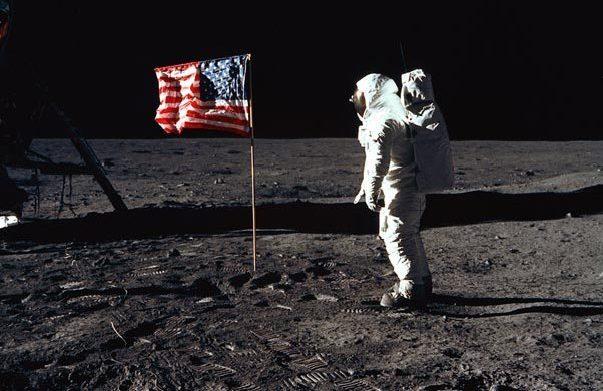 """Donald Trump vrea să trimită o misiune cu echipaj uman pe Lună: """"Vom crea o fundaţie pentru o misiune ulterioară pe Marte"""""""