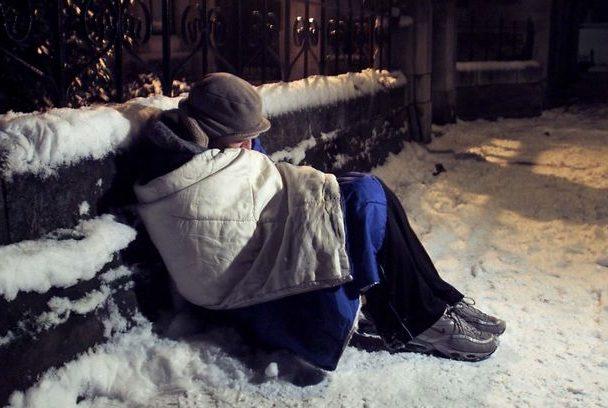 Persoanele fără adăpost vor fi identificate de polițiști și cazate la centrele de plasament