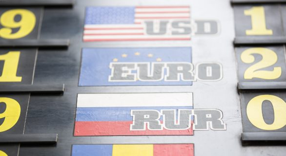 Vineri şi în zilele de week-end, euro şi dolarul capătă teren în raport cu leul