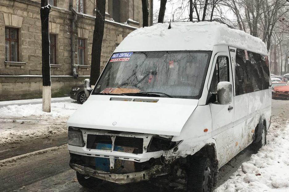 (FOTO) Accident în Capitală, cu implicarea unui microbuz de pe linia 103