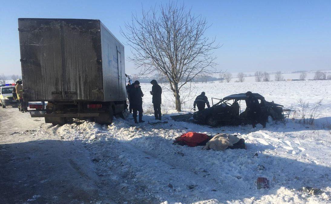 """(FOTO) Patru angajaţi ai """"Poştei Moldovei"""", morţi în urma unui grav accident rutier în apropiere de Mihăilenii Vechi"""