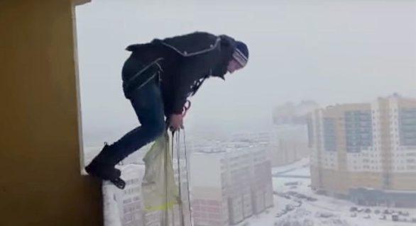 (VIDEO) Rus filmat în timp ce sare de la balcon cu parașuta. A supraviețuit miraculos