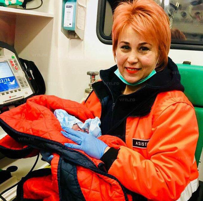 O tânără din România a născut în zăpadă. Copilul a venit pe lume cu două minute înaintea ambulanței