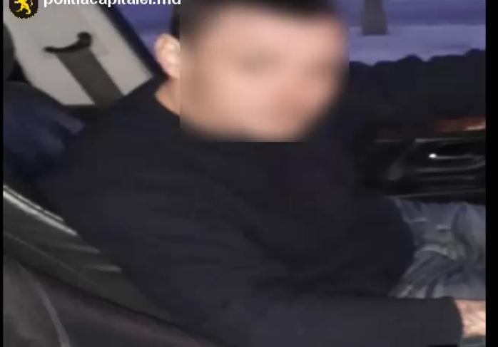 (VIDEO) Tânăr reținut după ce a furat o mașină dintr-o parcare din Chișinău