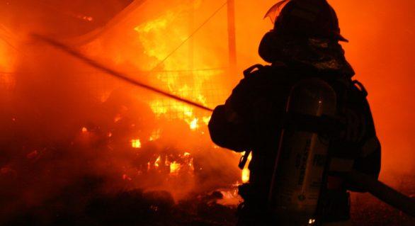 O persoană a decedat în urma unui incendiu în Chișinău; Alte două au ajuns la spital după ce s-au intoxicat cu monoxid de carbon