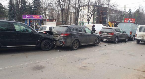 (FOTO) Accident în lanț pe strada Decebal din capitală cu patru automobile implicate. Șoferul vinovat s-a încuiat în mașină și nu comunică cu poliția