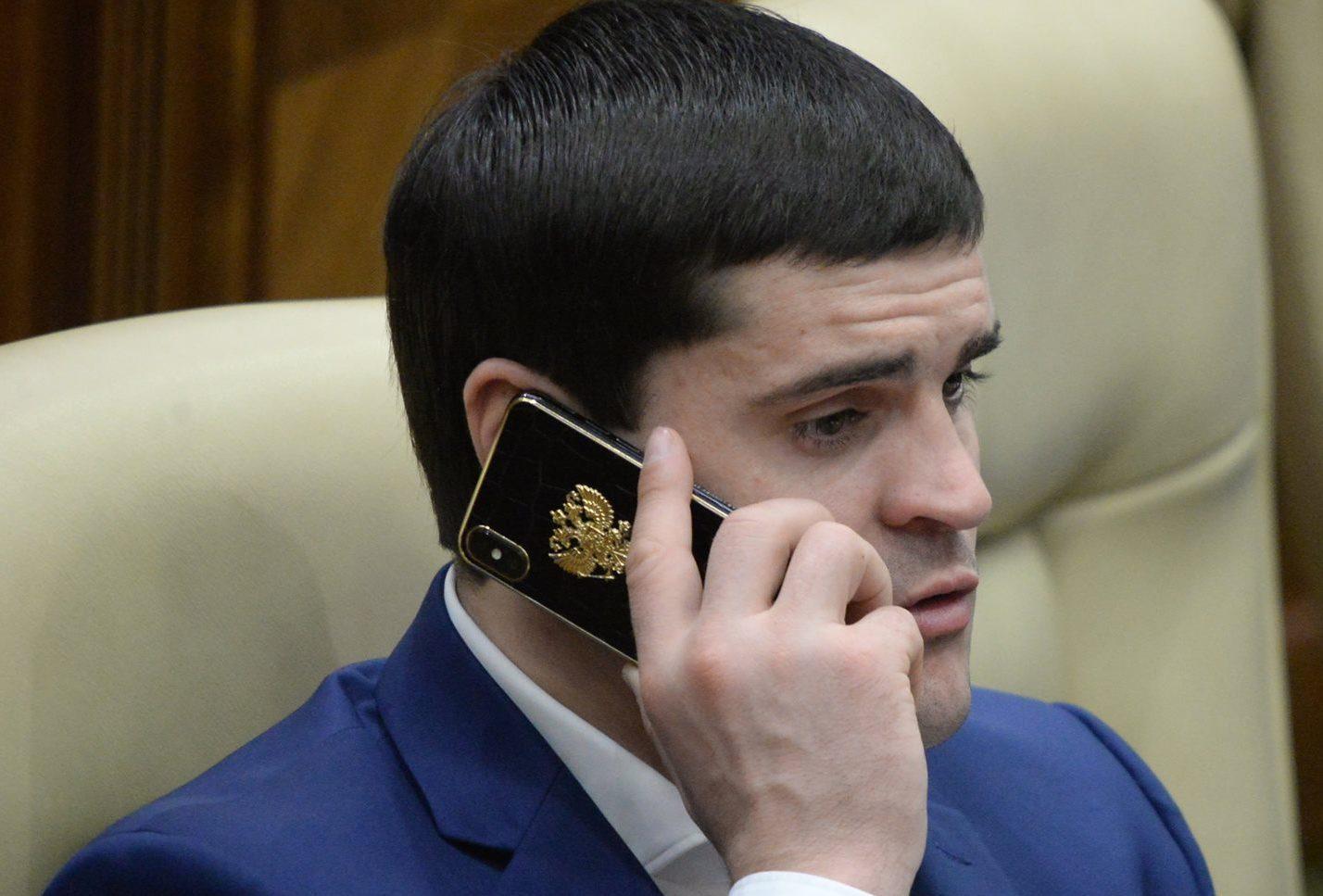 POZA ZILEI: Fițe de deputat! Telefonul lui Constantin Țuțu protejat de o husă cu stema Rusiei încrustată în aur