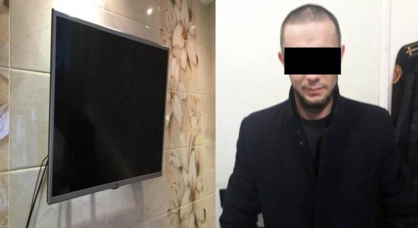 (VIDEO) A furat televizorul dintr-un apartament pe care îl închiria