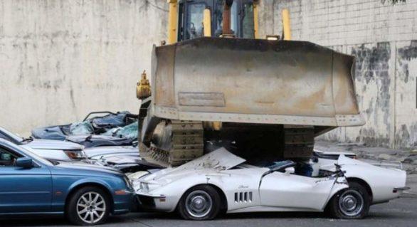 (VIDEO) Zeci de maşini de lux, distruse de buldozere sub privirea mulţimii adunate
