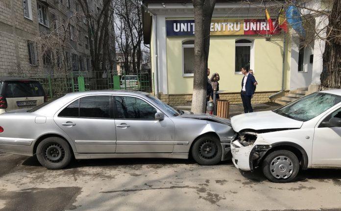 (VIDEO) Incident în fața sediului PL. Un bărbat înarmat cu lopata face zob sticlele mai multor automobile, după ce a accidentat alte câteva pe strada Bodoni