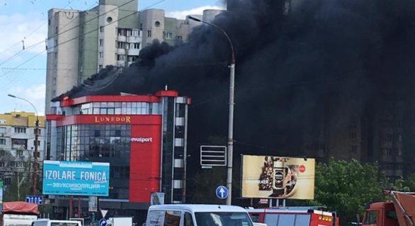 (VIDEO) Al doilea incendiu de proporții în capitală! Un centru de business din strada Ismail, cuprins de flăcări