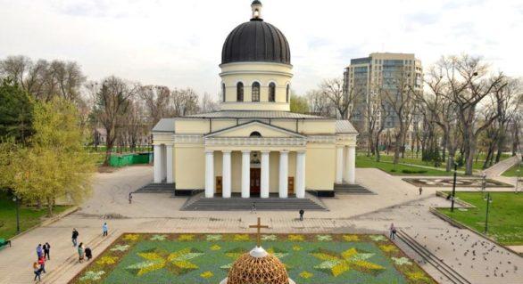 """(FOTO) Un """"covor moldovenesc"""" de 450 mp va înfrumuseța Scuarul Catedralei în următoarea săptămână. Silvia Radu a cheltuit pentru el 1,8 mln lei"""