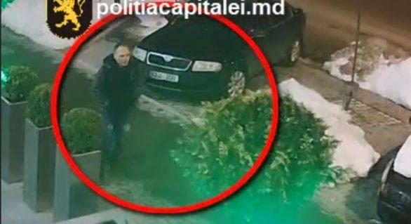 (VIDEO) A atacat o bătrână în plină stradă, deposedând-o de geantă. Dacă îl recunoști, anunță oamenii legii