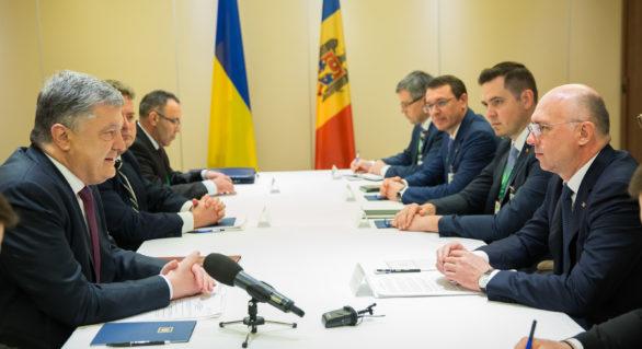 Legea cu privire la controlul în comun la frontiera moldo-ucraineană, promulgată de președintele Poroșenko, în prezența premierului Filip