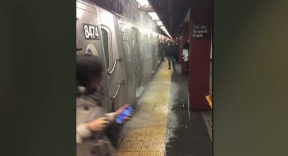 (VIDEO) Inundație la metroul din New York – scări transformate în cascade