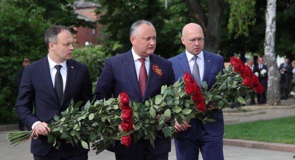 Dodon, Candu și Filip, alături de 9 mai! Doar panglicile de la buchetele depuse au fost diferite