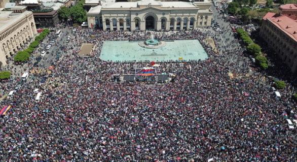 Zeci de mii de protestatari au blocat străzi și clădiri în Erevan, în urma îndemnului liderului opoziției la nesupunere civică