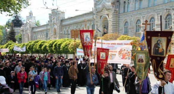 """Mitropolia Moldovei invită enoriașii la """"un Marș al tăcerii în susținerea familiei tradiționale"""" prin centrul capitalei"""