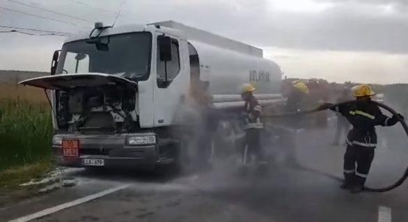 (VIDEO) O autocisternă cu 18 tone de motorină risca să ia foc în Găgăuzia. Pompierii au intervenit prompt