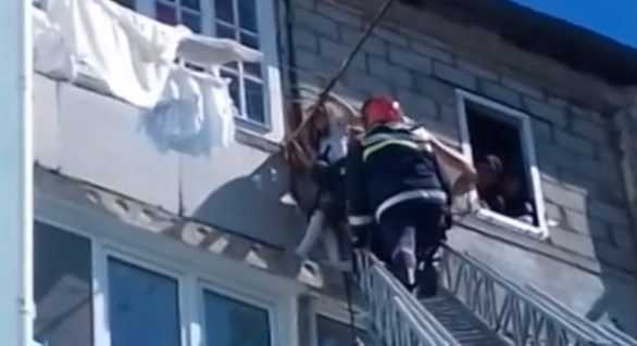 (VIDEO) O fetiță din Bălți salvată de pompieri în momentul în care atârna de un balcon de la etajul cinci al unui bloc de locuit