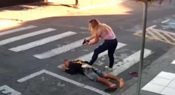 (VIDEO) Istoria din spatele imaginilor în care o femeie a împușcat hoțul care intenționa să-i jefuiască îndreptând arma spre un grup de mame cu copii