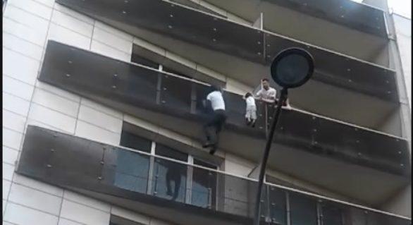 """(VIDEO) Imigrantul ilegal supranumit """"Spider Man"""" după ce a salvat un copil, primit de președintele francez și va primi cetățenie"""