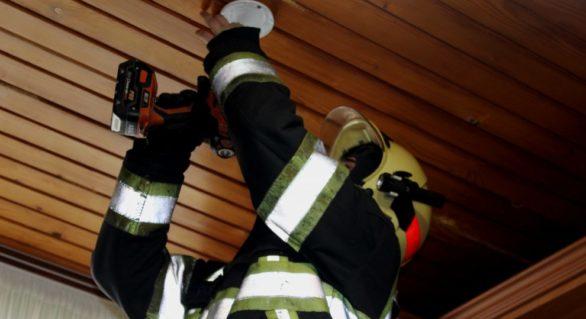 Peste 1.800 de detectoare de fum instalate de pompieri în casele oamenilor în etate, familiilor cu copii și ale celor țintuiți la pat