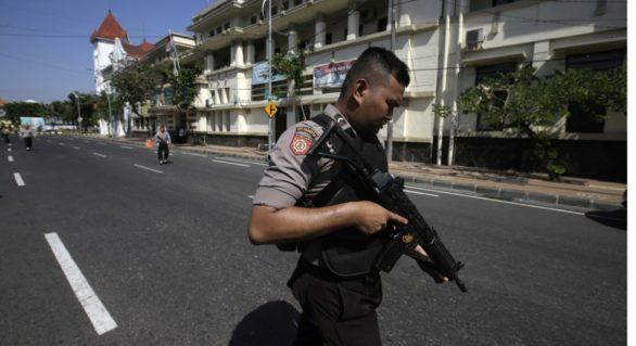 Atentat sinucigaș împotriva unui comisariat de poliție din Indonezia. O familie de cinci persoane, la originea exploziei