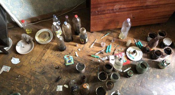 Chișinăuian cercetat penal pentru organizarea în apartamentul său a unei spelunci de consum de droguri