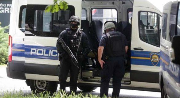 Poliţia croată a deschis focul asupra unei camionete cu migranţi, doi copii au fost răniţi