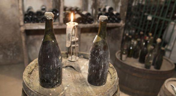O sticlă de vin din 1774, vândută la peste 100 mii euro. Toată lumea se întreabă dacă mai e bună de băut