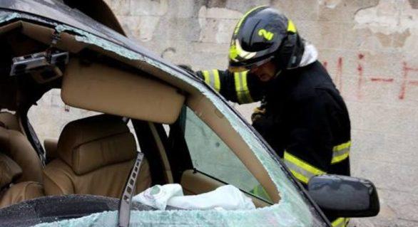 Tânăr de 27 de ani, eliberat dintre fiarele propriului automobil, după ce s-a tamponat într-un pilon electric, în Căușeni