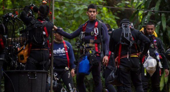 Operațiunile de salvare a ultimelor cinci persoane rămase blocate în peștera inundată din Thailanda au fost reluate