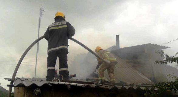 (VIDEO) Incendiu la Crihana Veche. O butelie de gaz din bucătăria cuprinsă de flăcări, cât pe ce să explodeze
