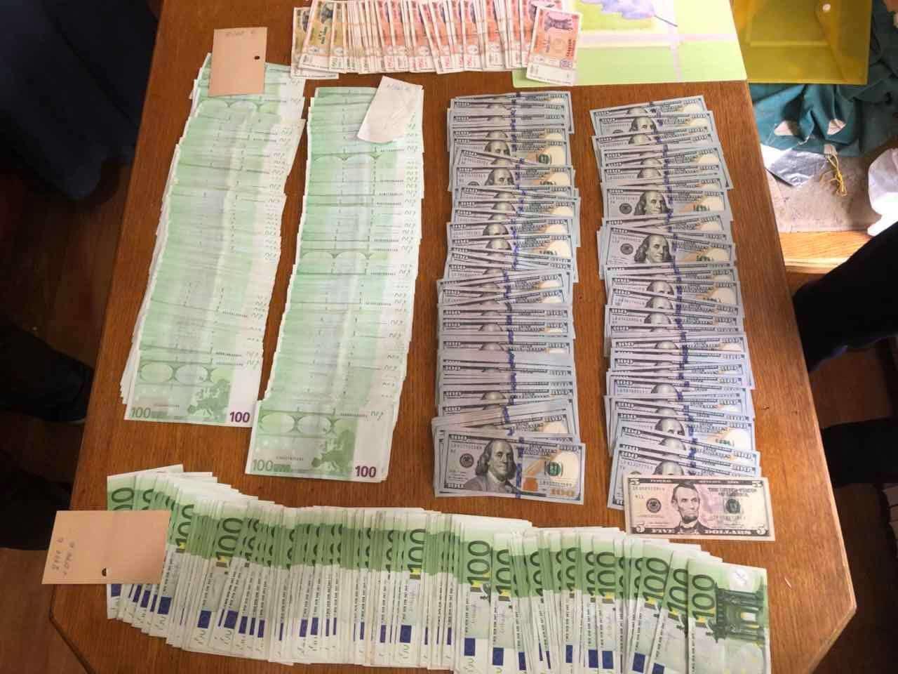 Sume importante de bani, pe numele șefului secției din cadrul CDRM. Șapte angajați, reținuți de CNA