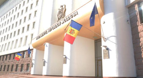 Parlamentul comemorează victimele deportărilor staliniste.  Drapelele de Stat de pe clădirea Legislativului, coborâte în bernă
