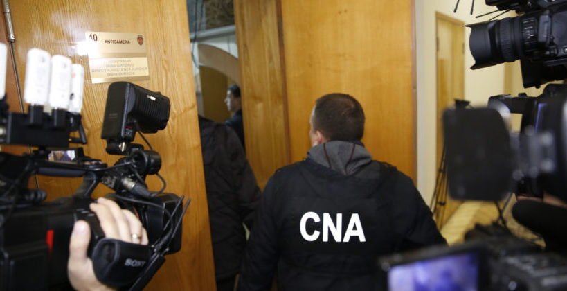 Operațiunea CNA la Primăria Chișinău: 17 persoane escortate pentru audieri