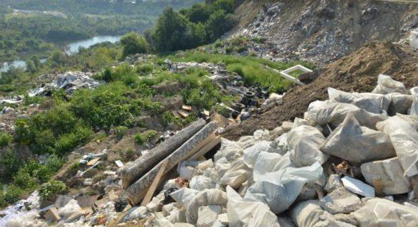 Gunoiște neautorizată, creată la periferia orașului Chișinău, direct pe malul râului Bâc. Ruslan Codreanu s-a autosesizat